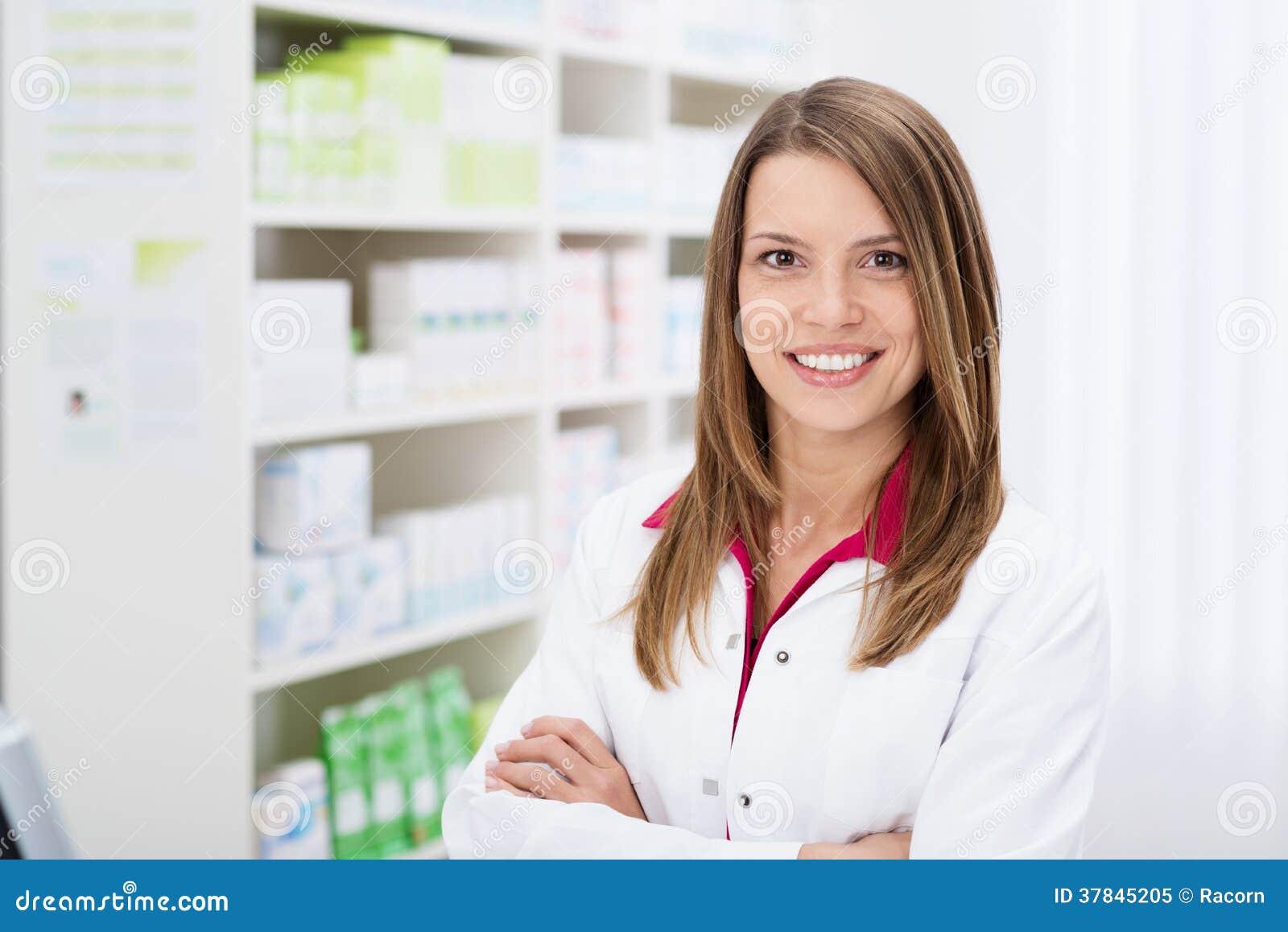 Farmacéutico de sexo femenino joven confiado