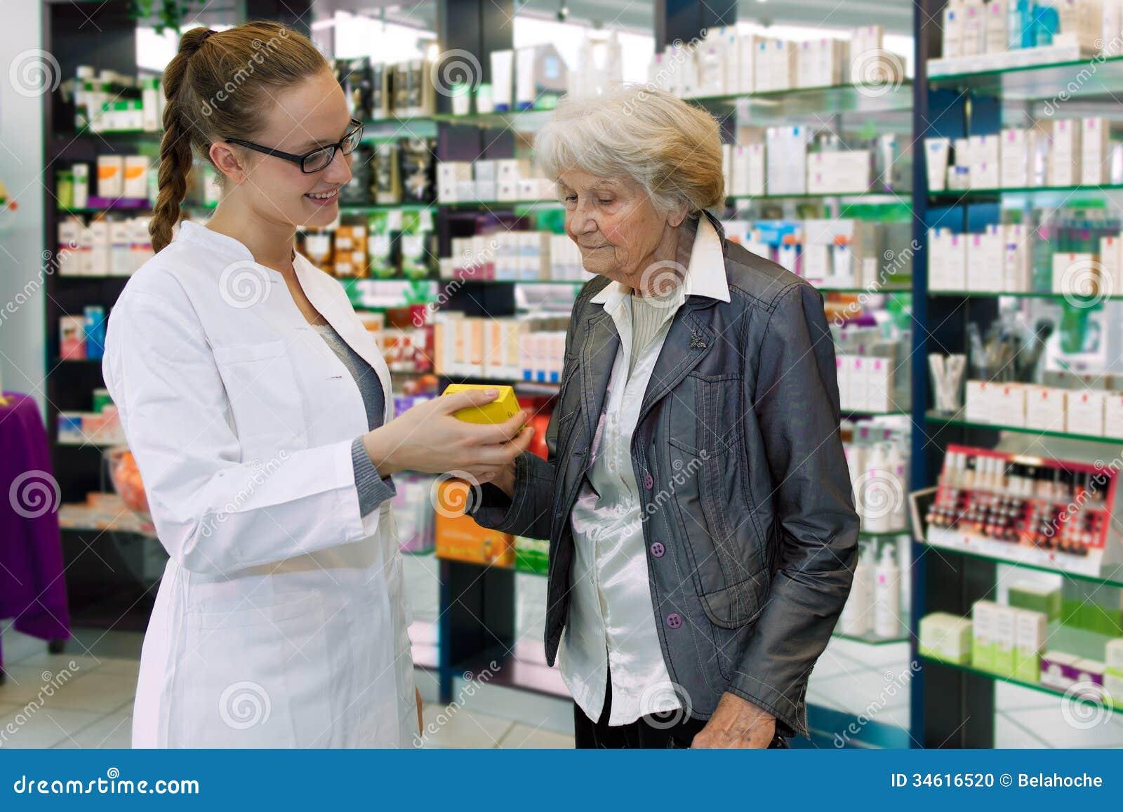 Farmacéutico que aconseja la medicación al paciente mayor.