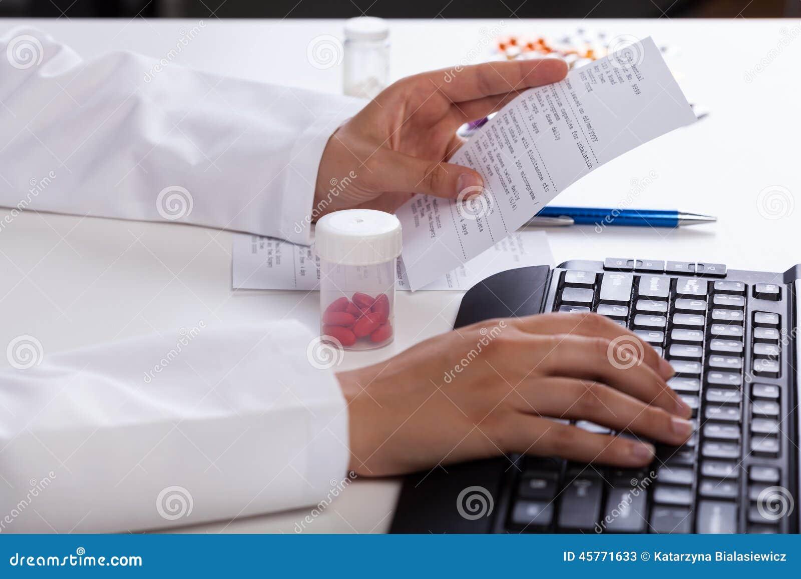 Farmacéutico que comprueba la información sobre medicinas