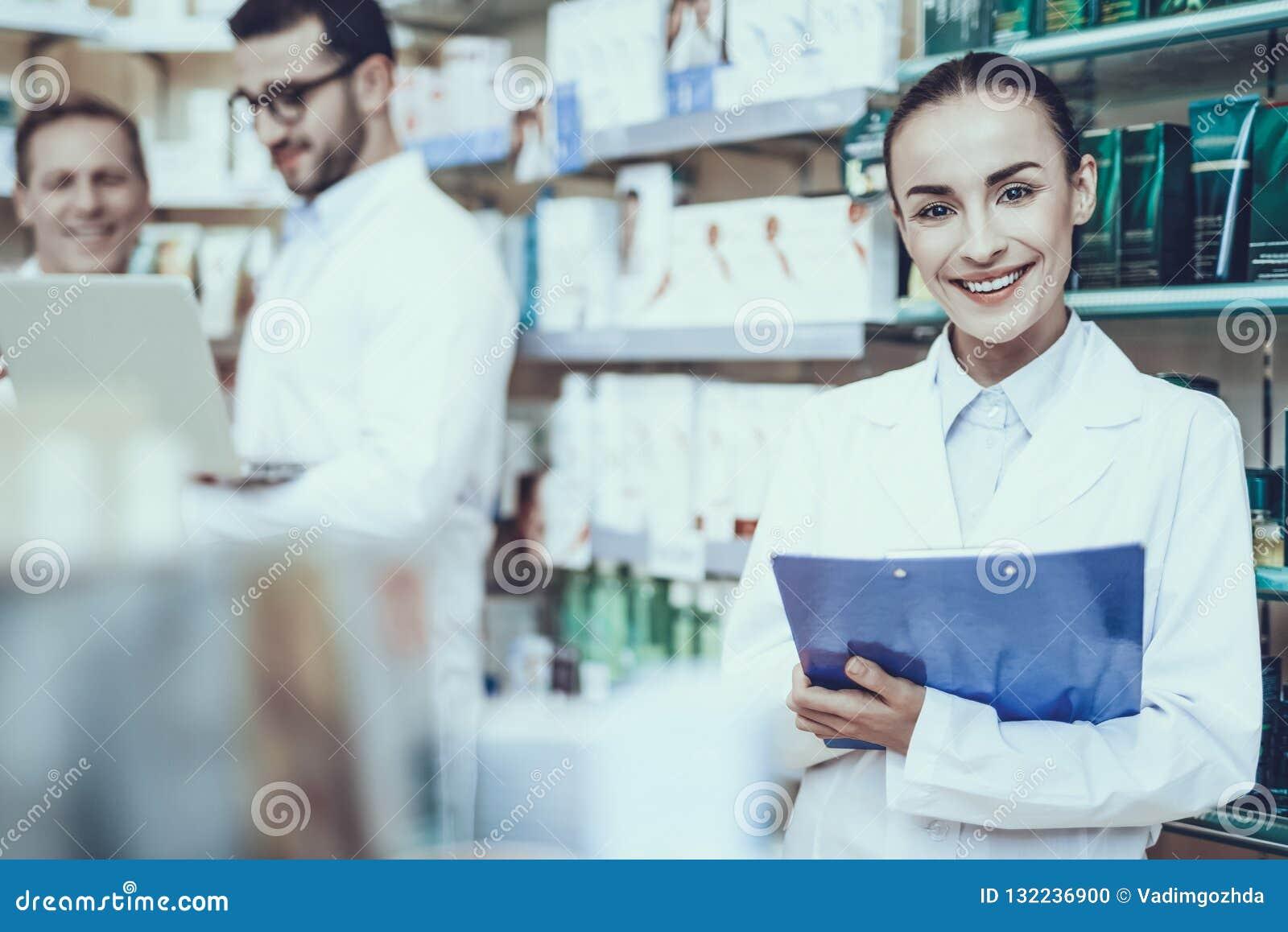 Farmacéuticos que trabajan en farmacia