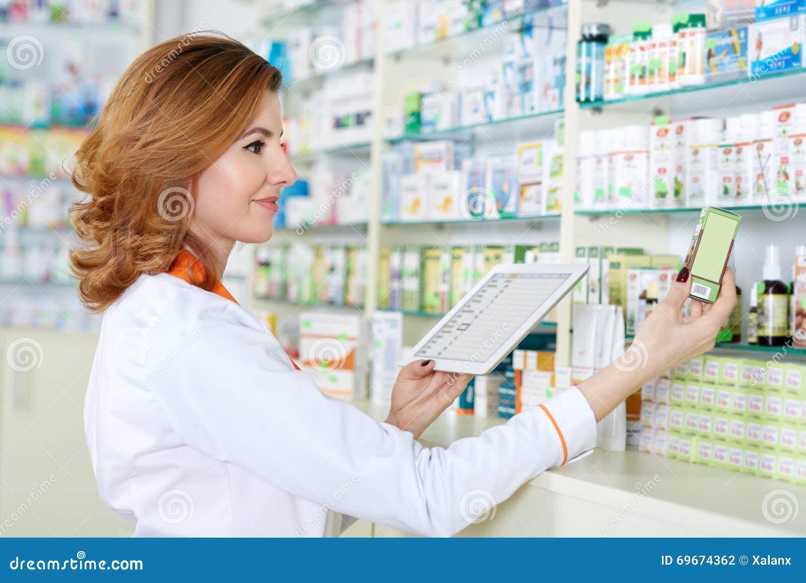 Farmacêutico com tabuleta e droga