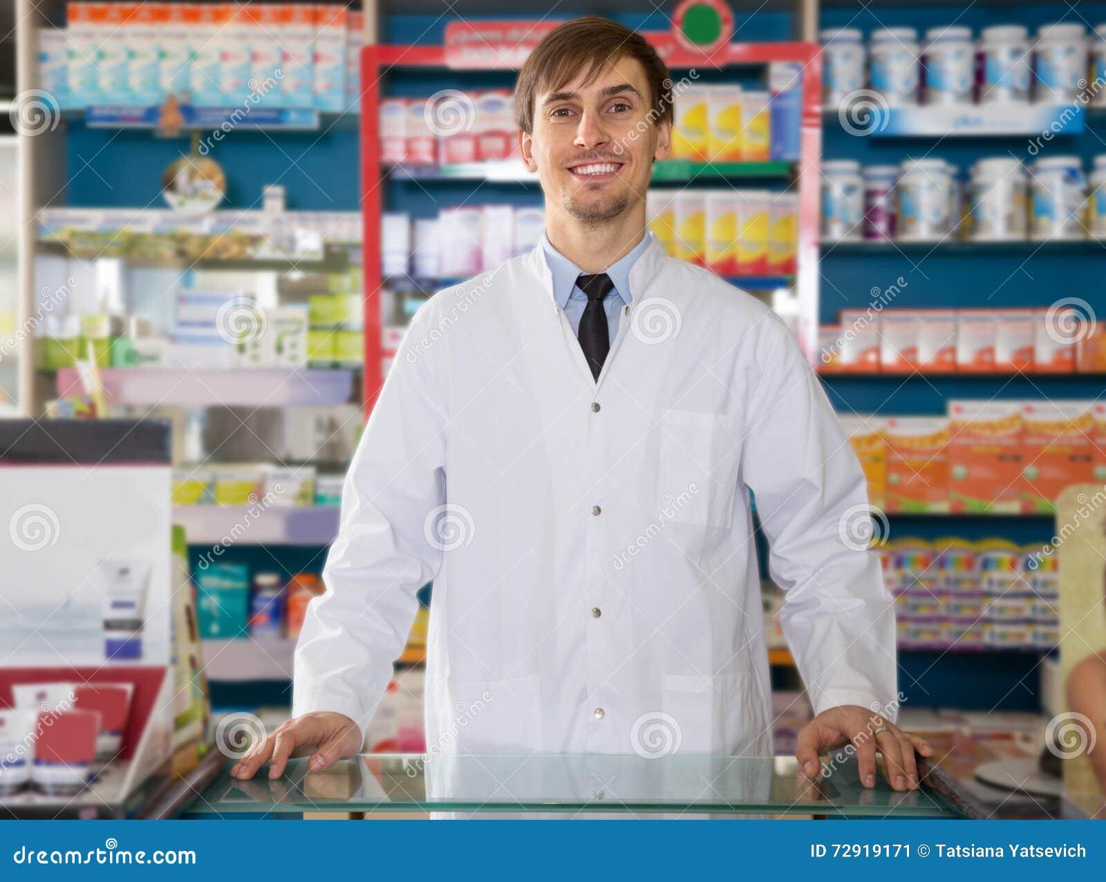 Farmacêutico masculino que levanta na drograria