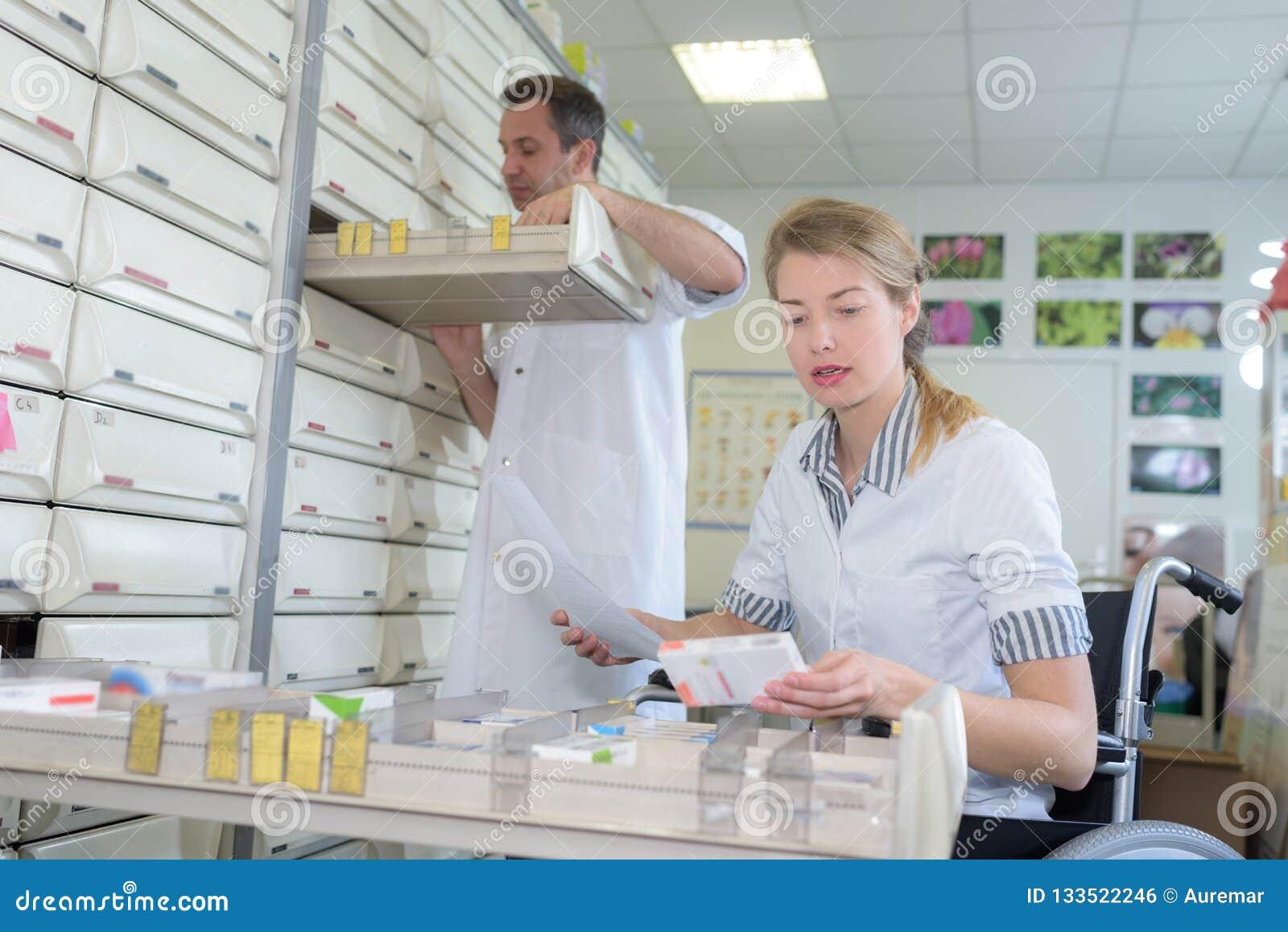 Farmacêutico que abre a gaveta