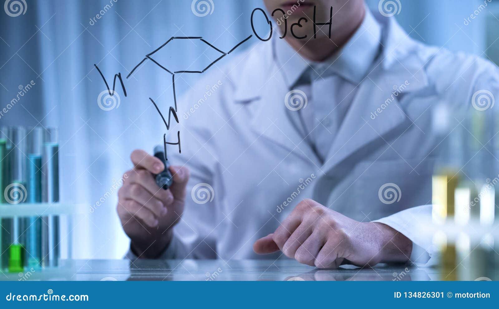 Farmacêutico que escreve a fórmula química estrutural na placa transparente, pesquisa