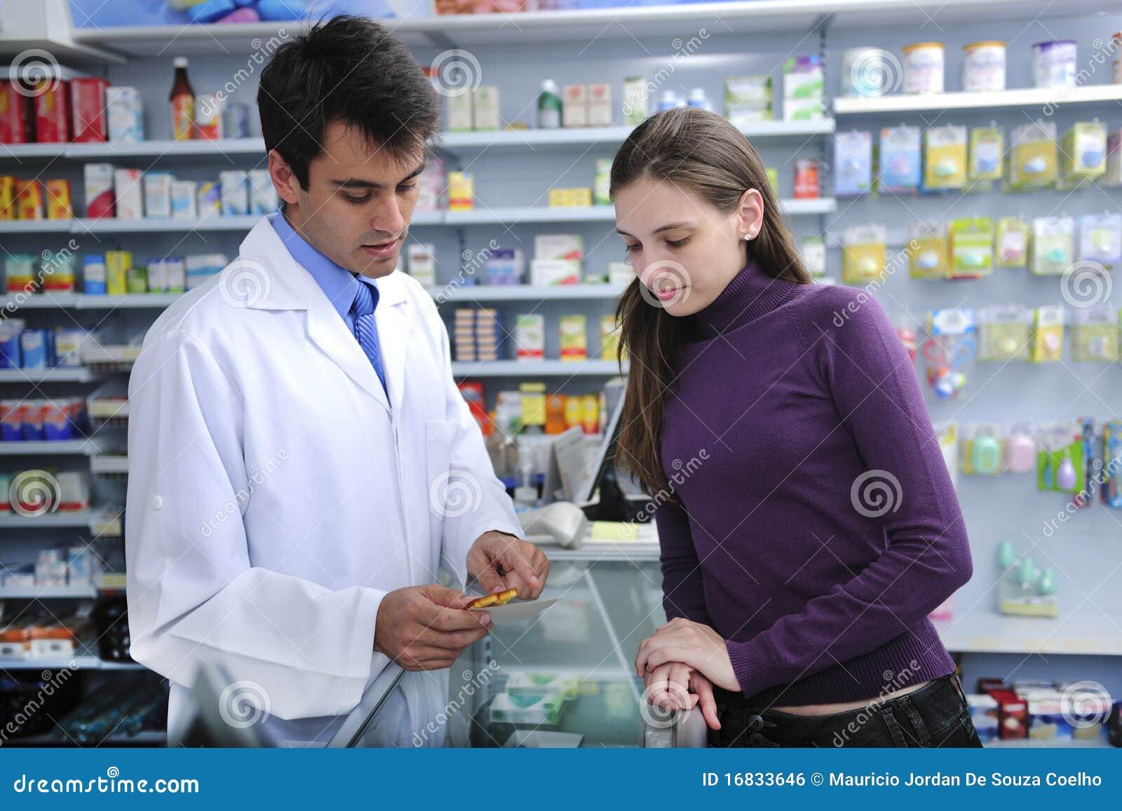 Farmacêutico que recomenda o cliente na farmácia