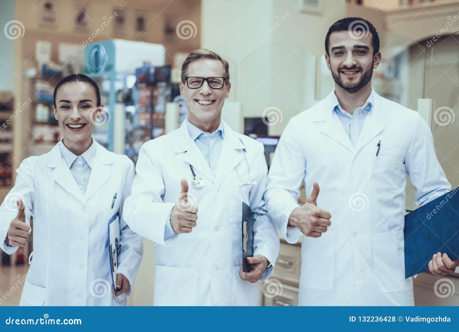 Farmacêuticos que trabalham na farmácia