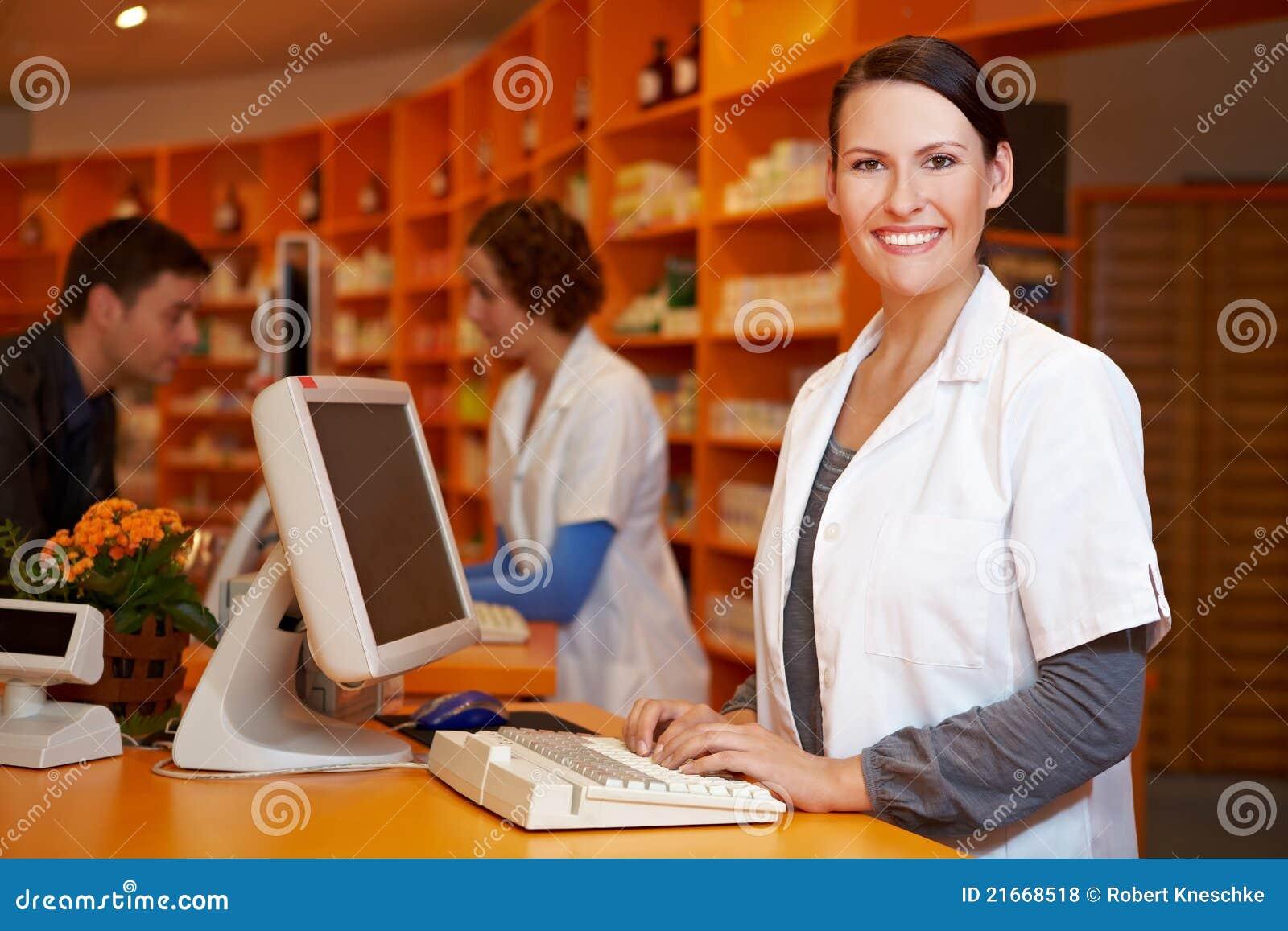 Farmacista sorridente al calcolatore