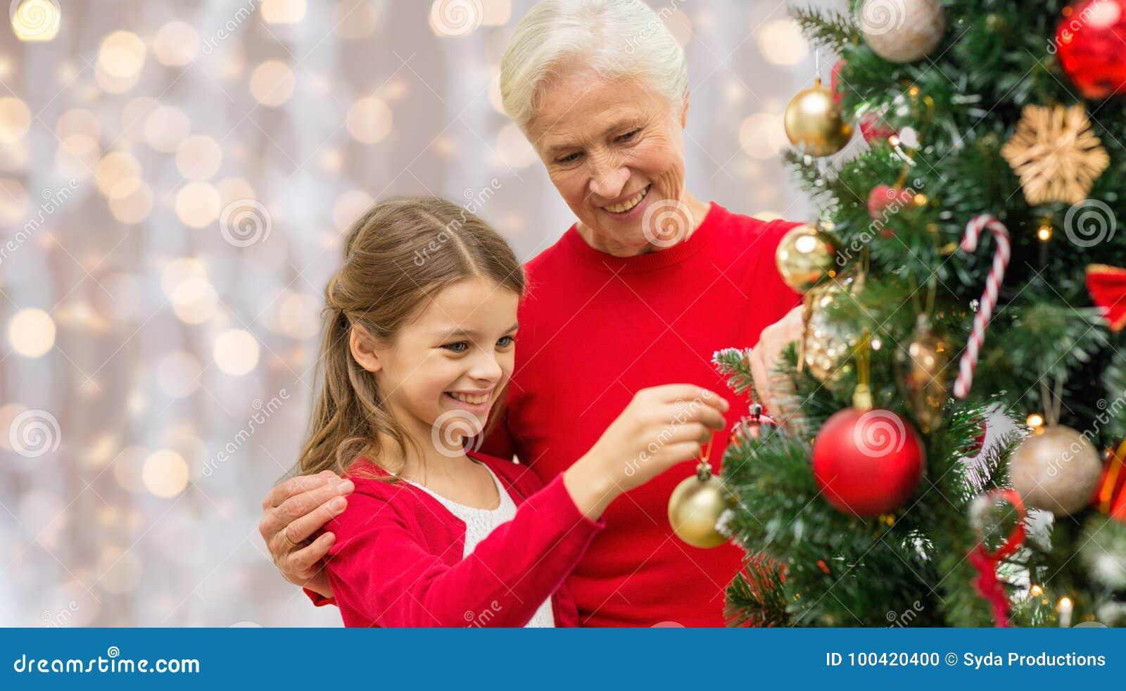 Farmor och sondotter på julträdet