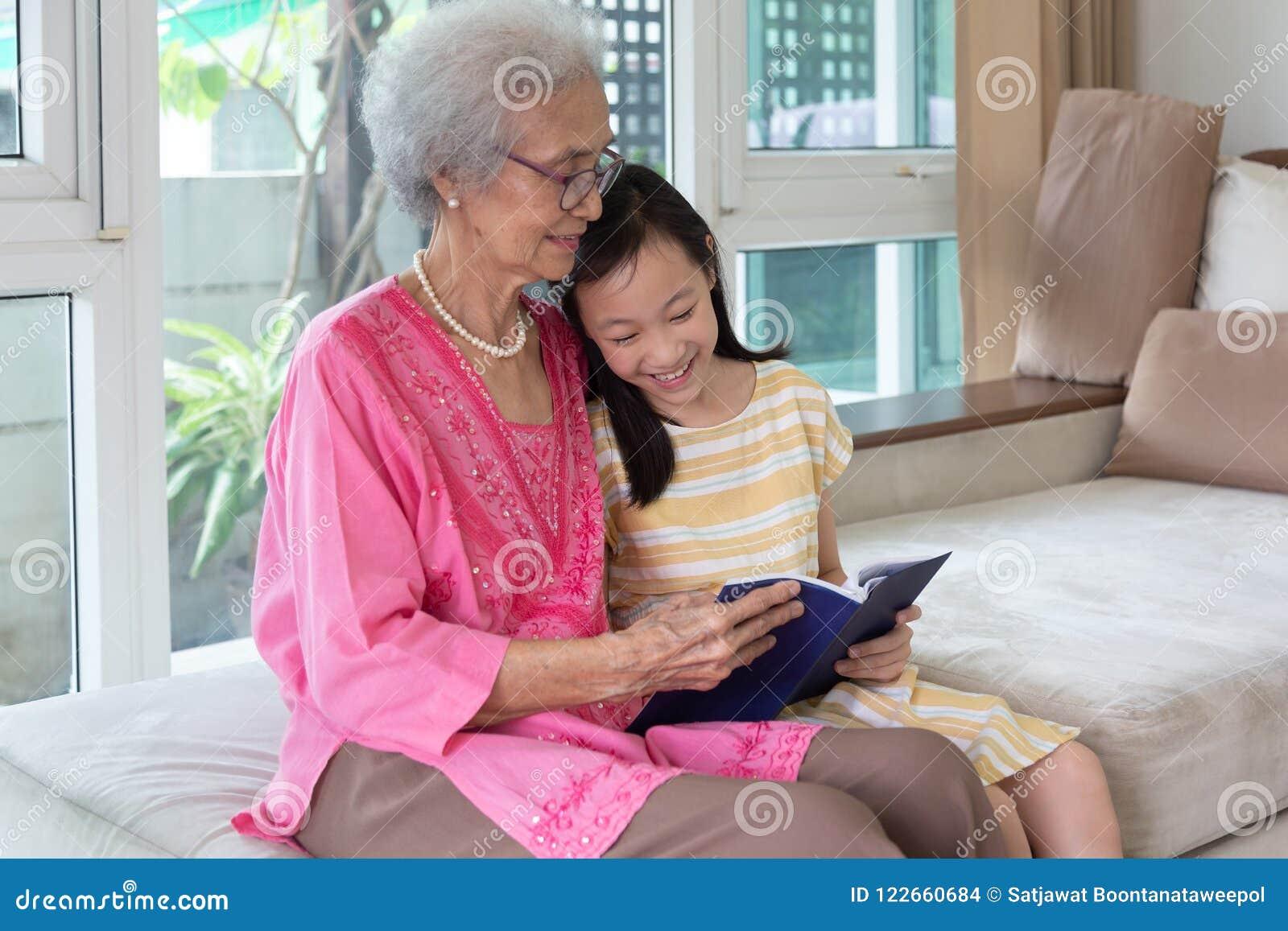 Farmor- och sondottersammanträde på soffa- och läsebokH