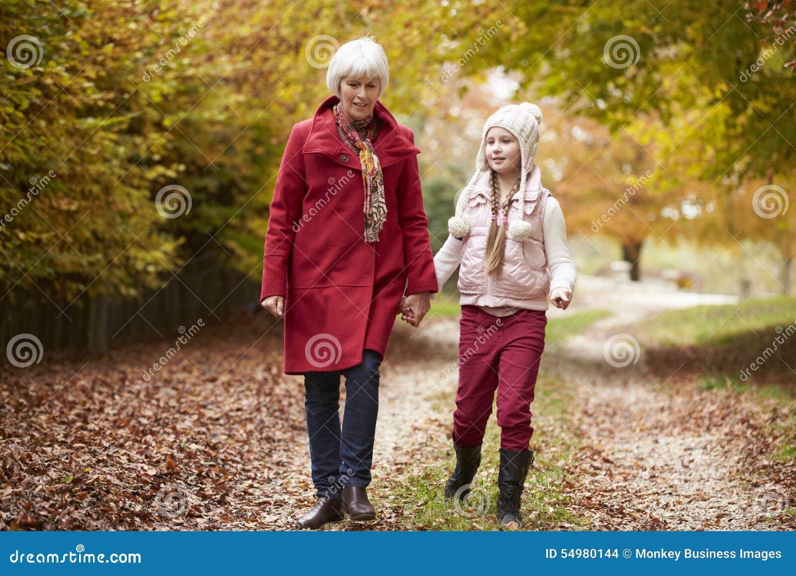 Farmor som promenerar Autumn Path With Granddaughter