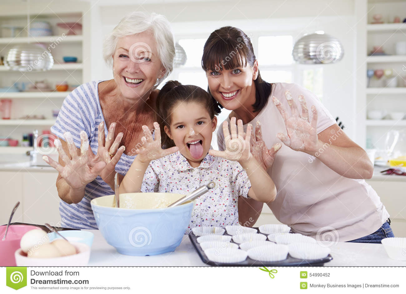 Farmor-, sondotter- och moderbakningkaka i kök