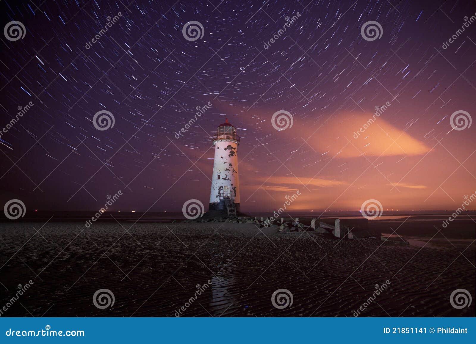 Faro de Talacre en la noche con los rastros de la estrella