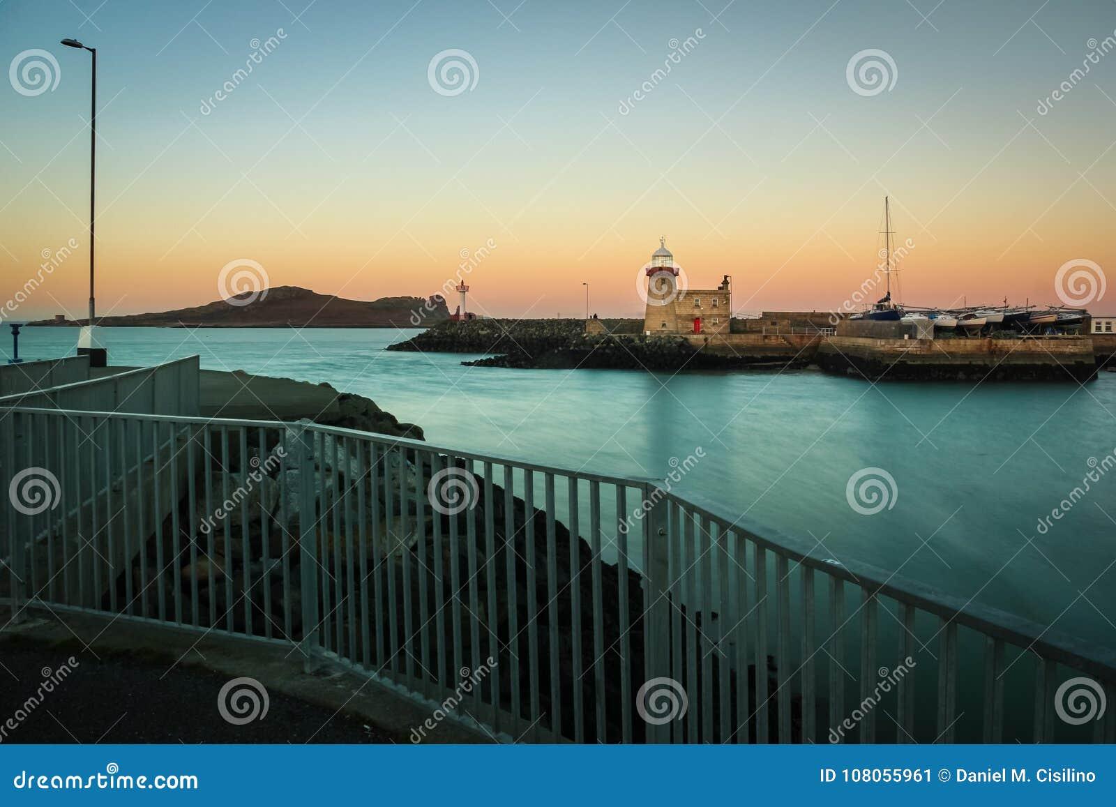 Faro del puerto en la noche Howth dublín irlanda