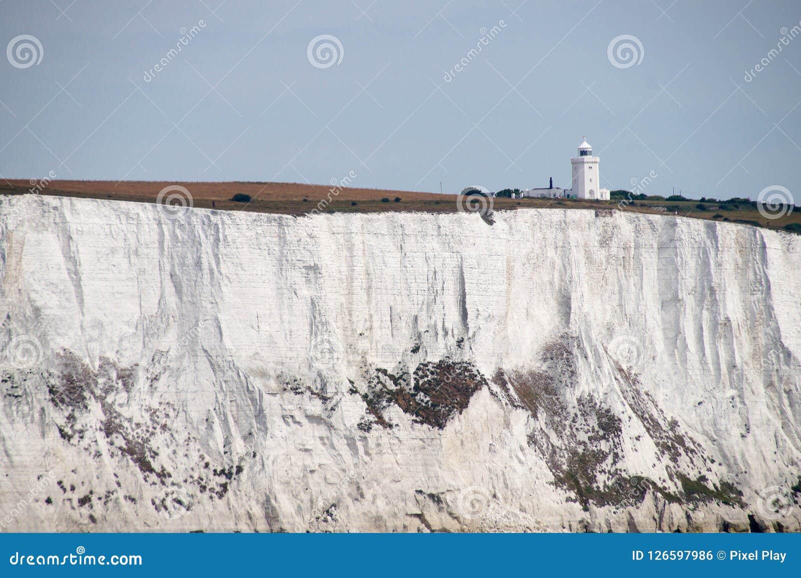 Faro del sur del cabo en los acantilados blancos en Dover