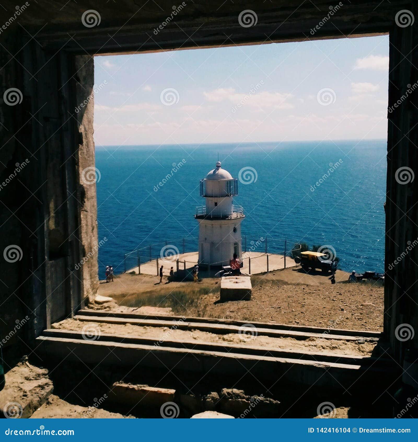 Faro en el mar en Crimea