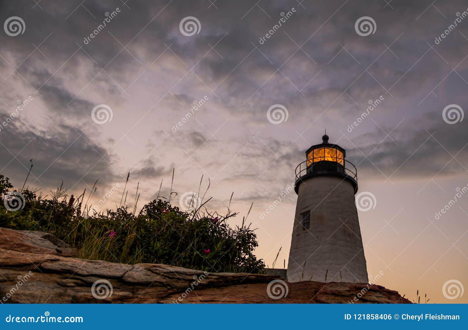 Faro en la puesta del sol durante una tarde tranquila del verano en Bristol, Maine del punto de Pemaquid