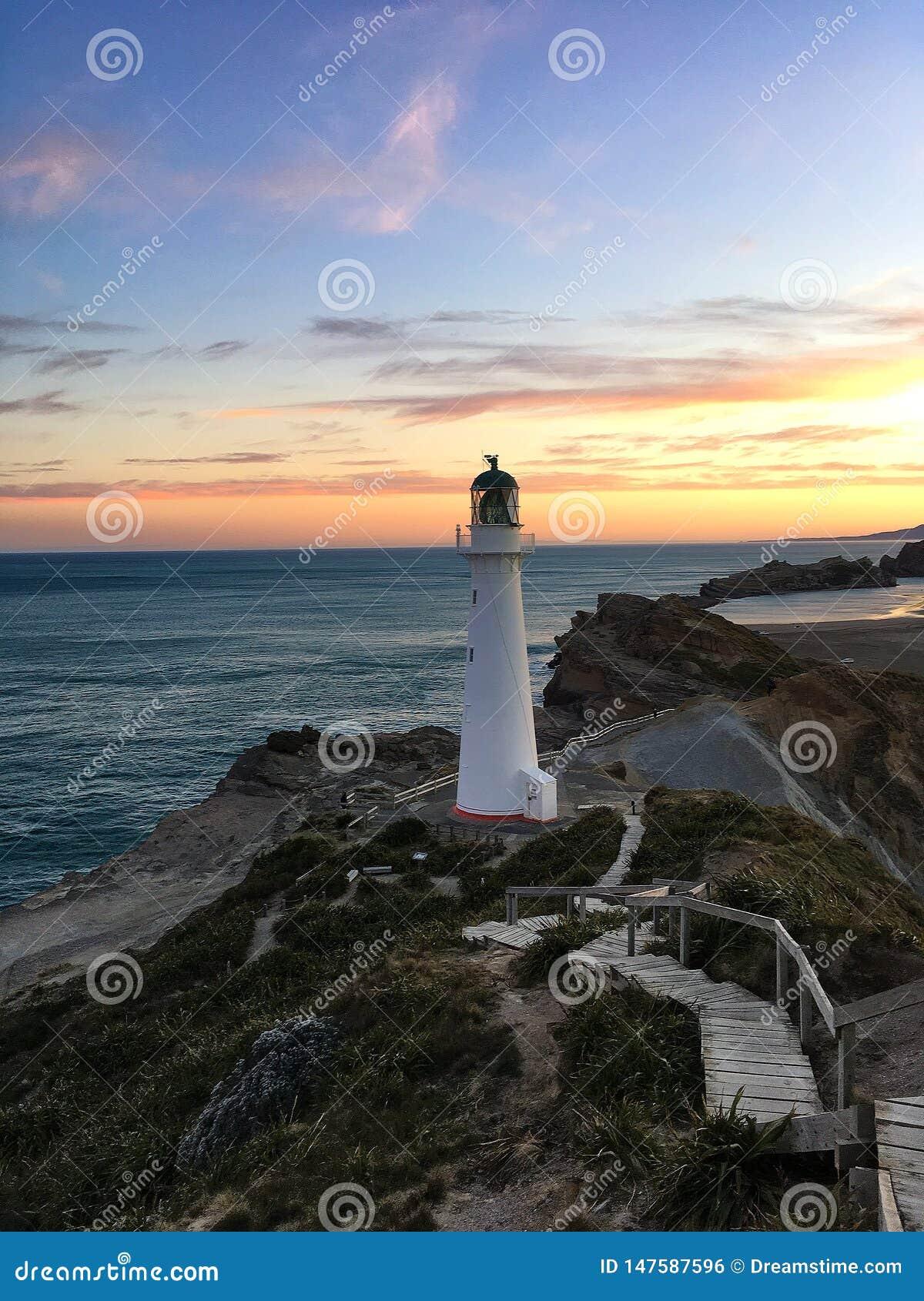 Faro en la puesta del sol, Nueva Zelanda
