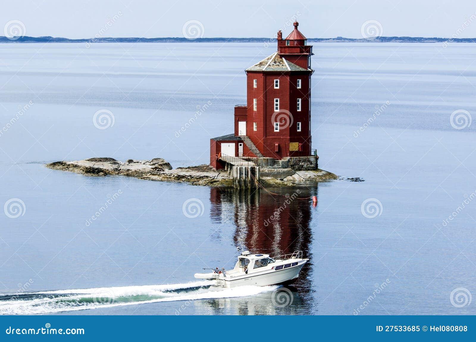 Faro en Noruega con la motora en frente