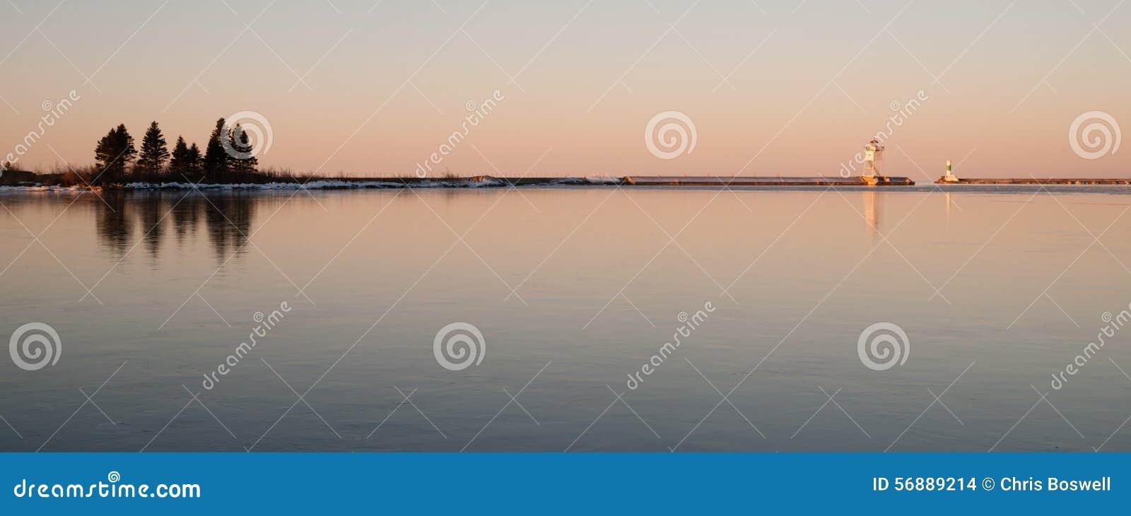 Faro il lago Superiore Minne di Marais del porto leggero di mattina grande