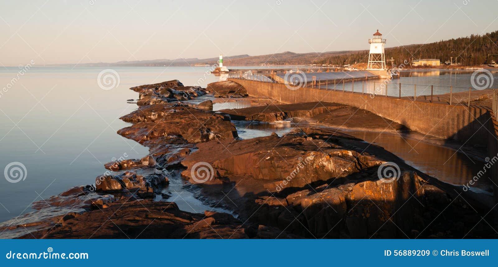 Faro leggero il lago Superiore Minneso del frangiflutti del porto di mattina