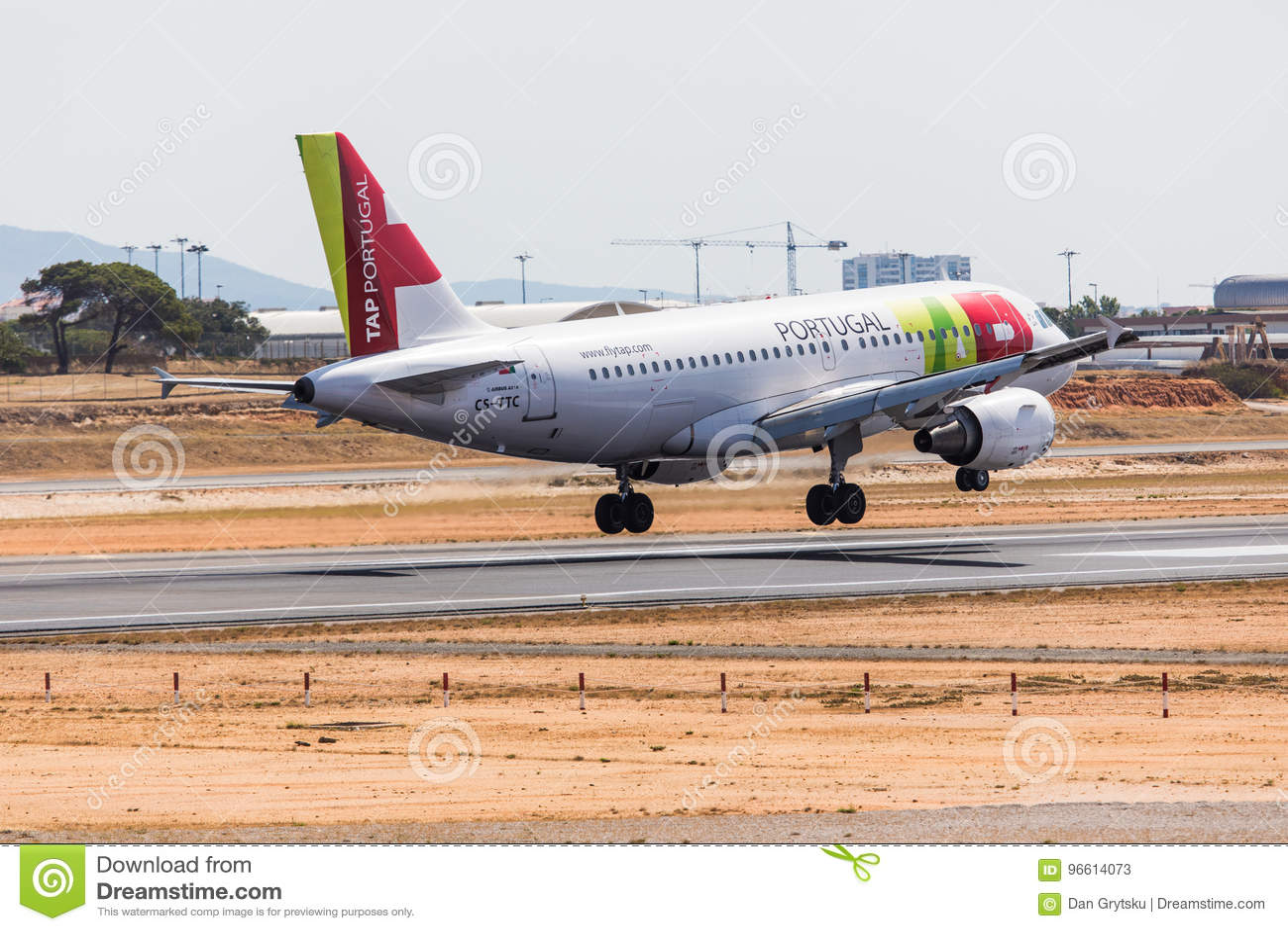 FARO, PORTUGAL - Juny 18, 2017: GOLPEE LIGERAMENTE el aterrizaje del avión de los vuelos de Portugal en el aeropuerto internacion