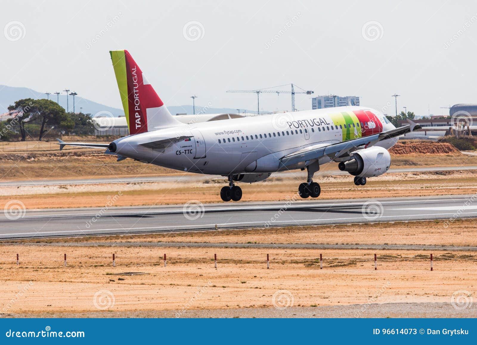 FARO PORTUGAL - Juny 18, 2017: KNACKA LÄTT PÅ landning för det Portugal flygflygplanet på Faro den internationella flygplatsen