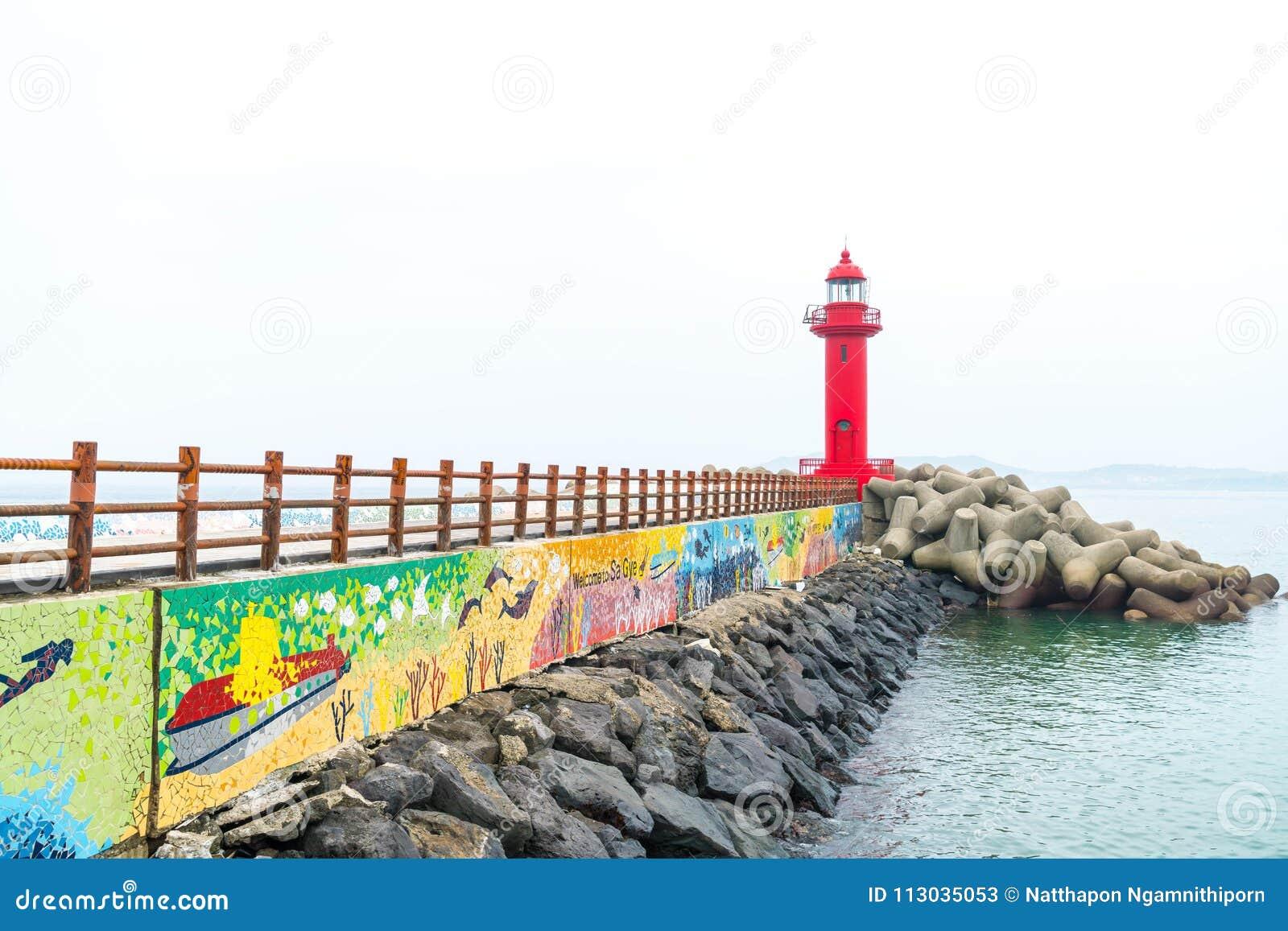 Faro rojo en la isla de Jeju