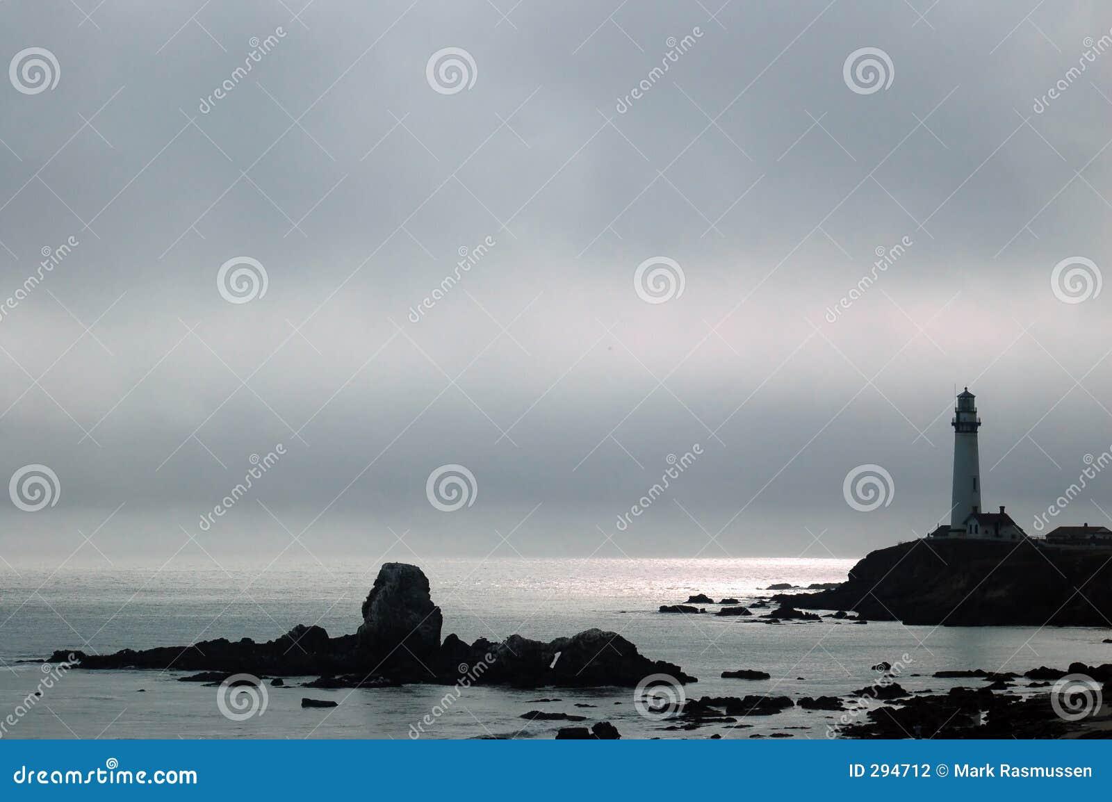 Faro su un pomeriggio nebbioso