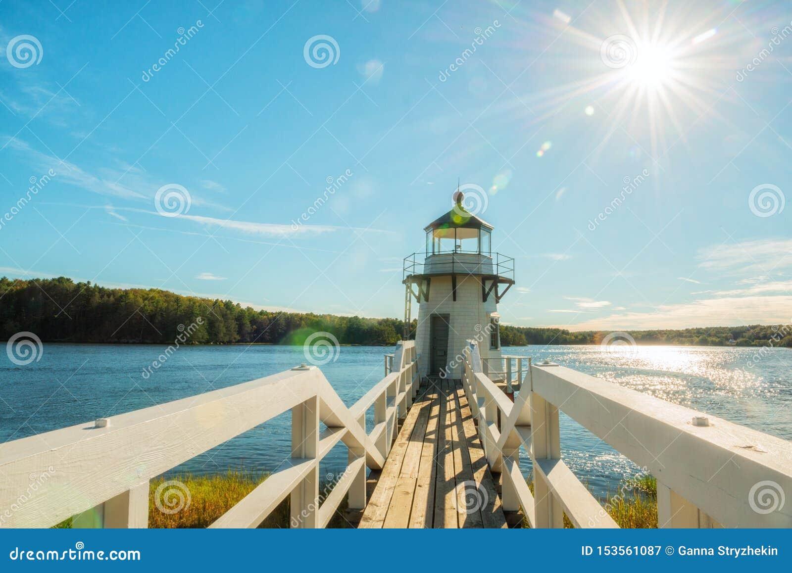 Faro sulla baia La luce del punto di raddoppiamento è un faro sul fiume kennebec in Arrovich, Maine U.S.A. maine Bello verde