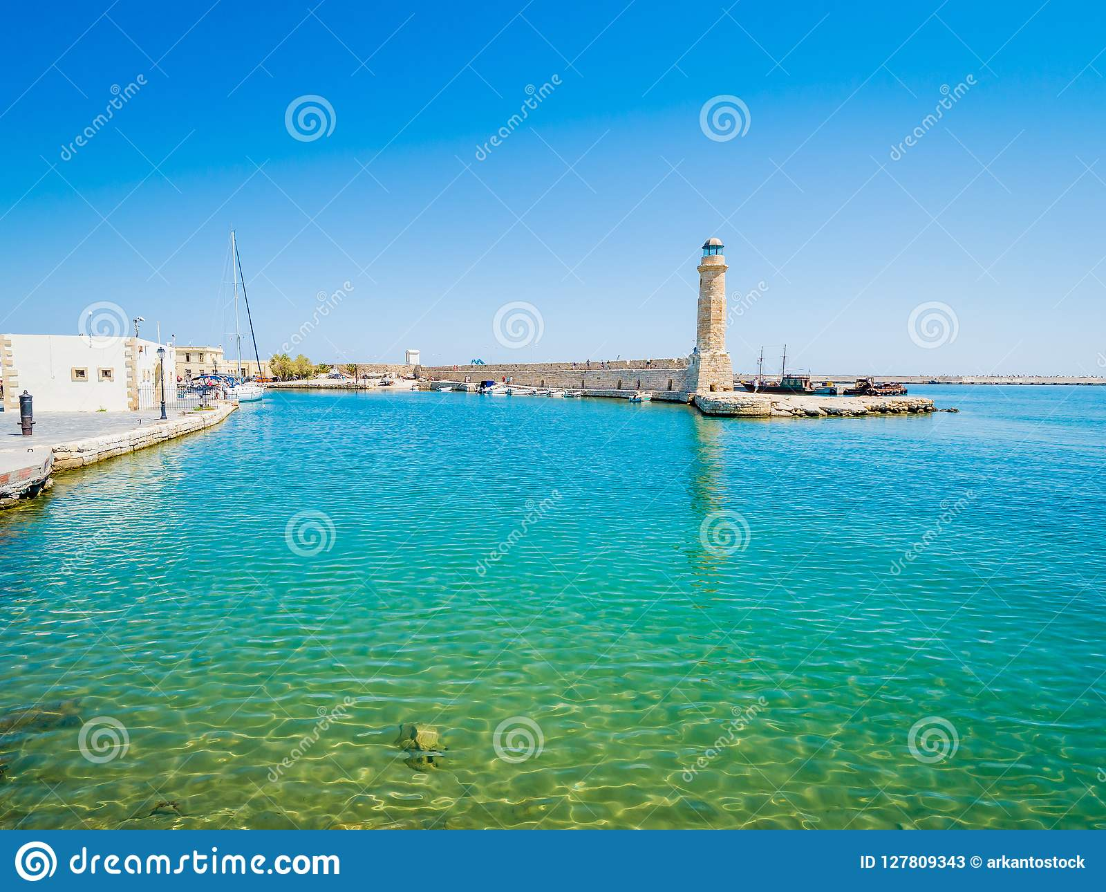 Faro veneciano viejo en el puerto Rethymno, Crete, Grecia