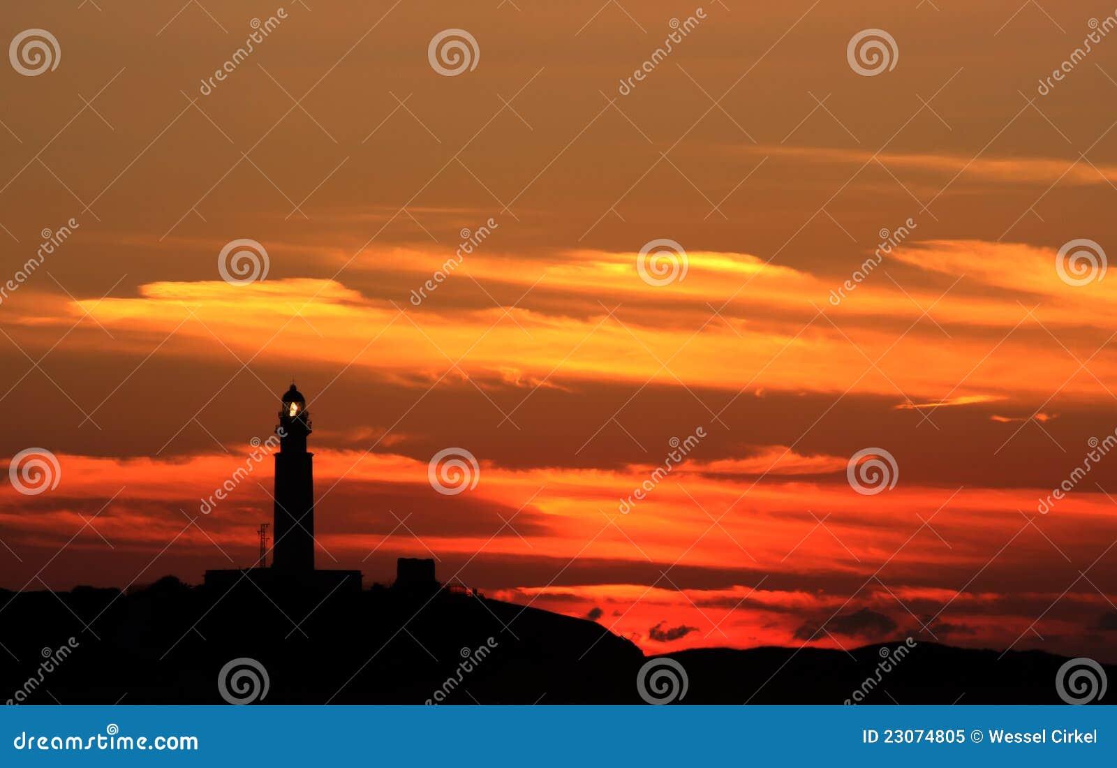Farol de Trafalgar da iluminação e por do sol, Spain