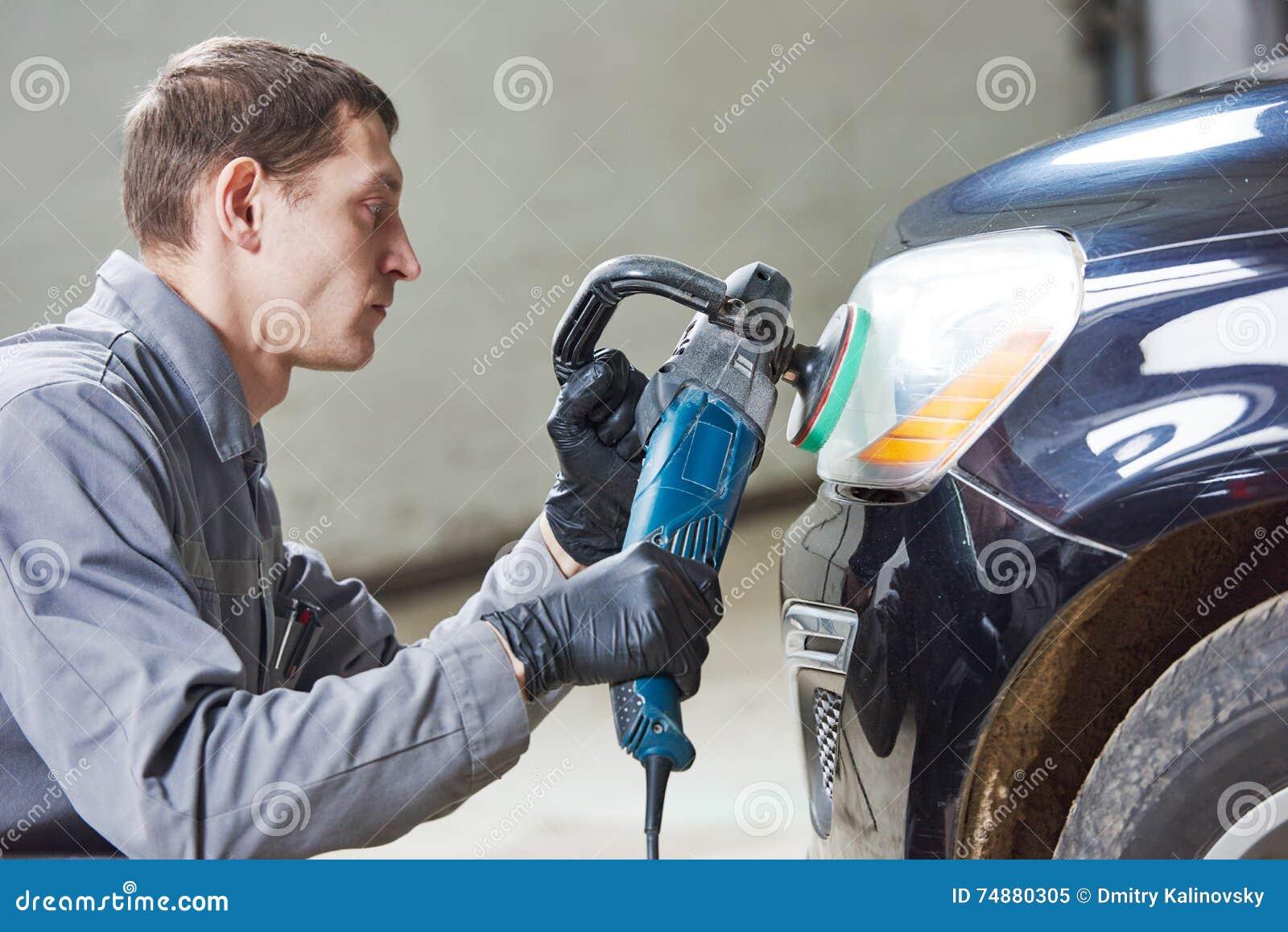 Farol lustrando e de lustro do auto mecânico do carro
