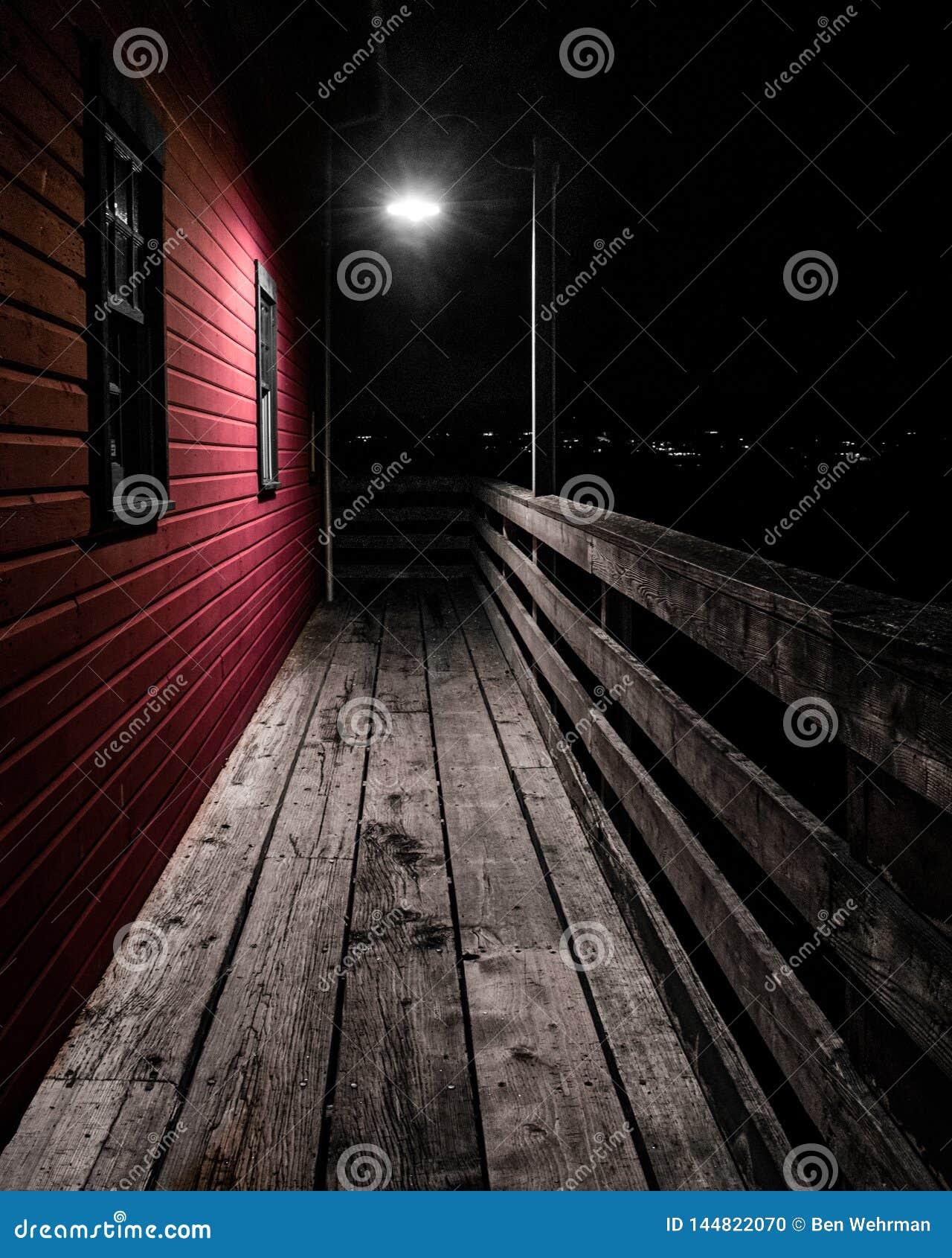 Farola en el puente de madera