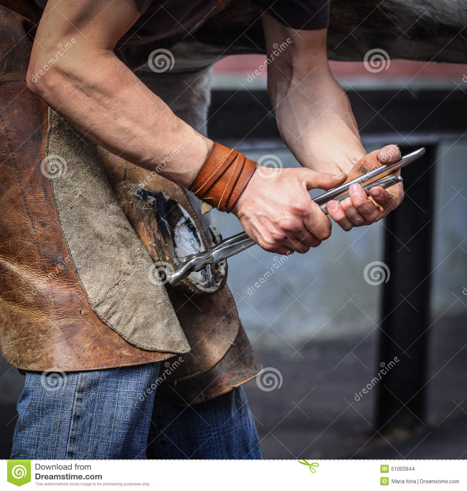 Farrier que descola a ferradura velha