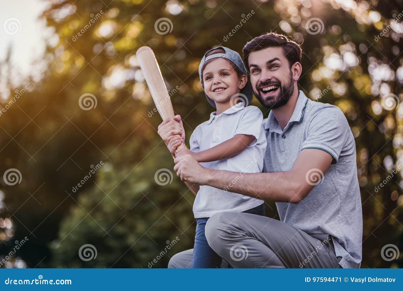Farsa med sonen som spelar baseball