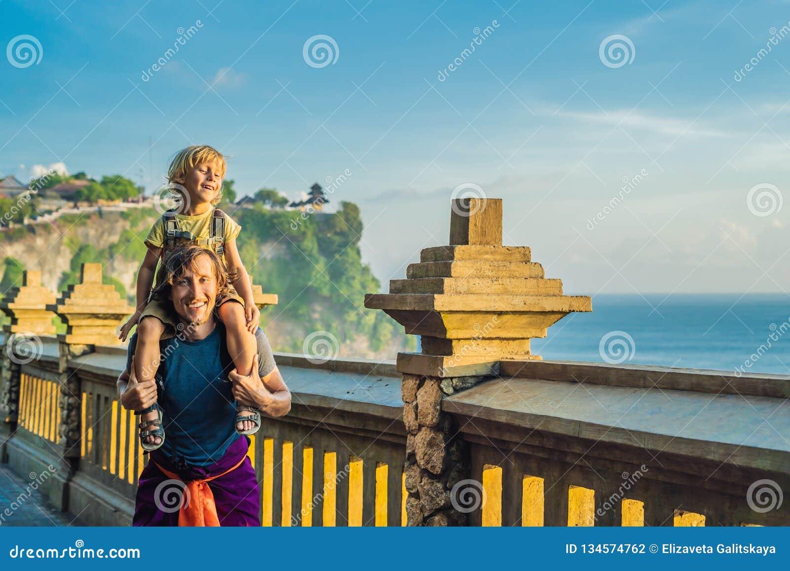 Farsa- och sonhandelsresande i den Pura Luhur Uluwatu templet, Bali, Indonesien Fantastiskt landskap - klippa med blå himmel och