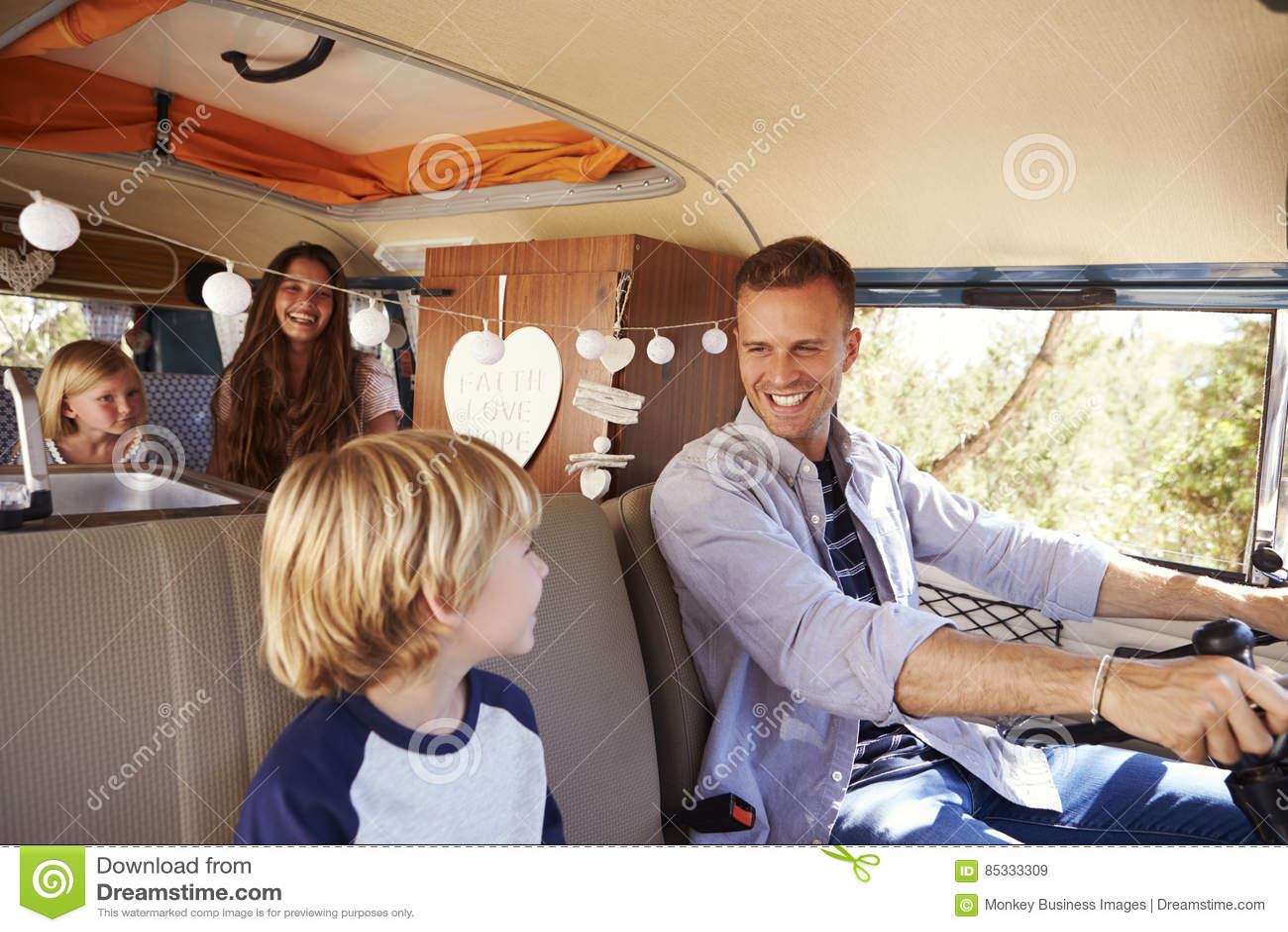 Farsa som kör familjen i en campareskåpbil som ser hans son