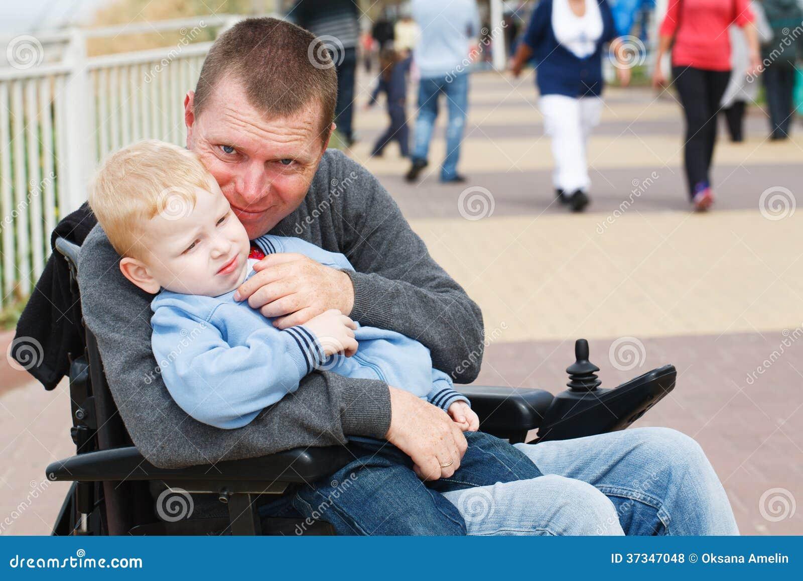 Farsalek med sonen utanför