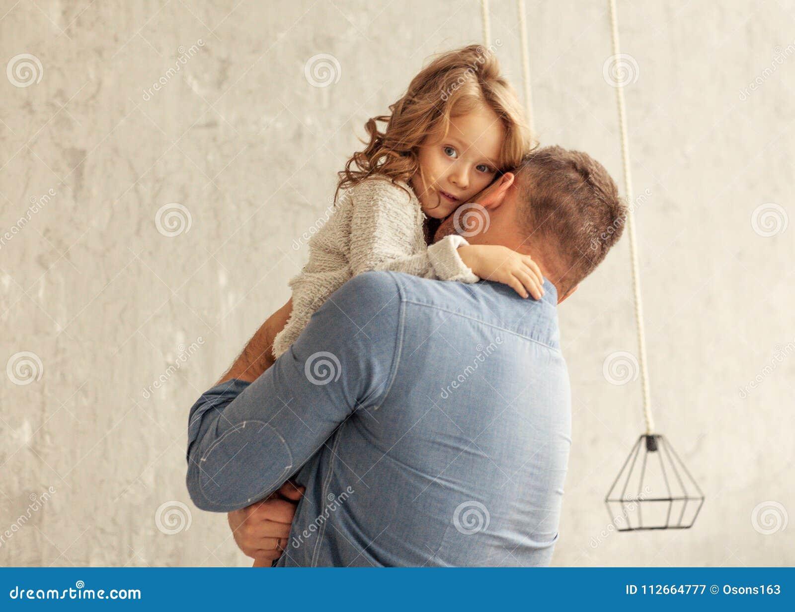 Farsan och dottern kramar hemma