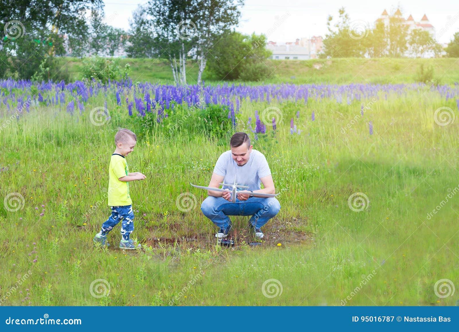 Farsan och sonen lanserar en nivå på radiokontrollen