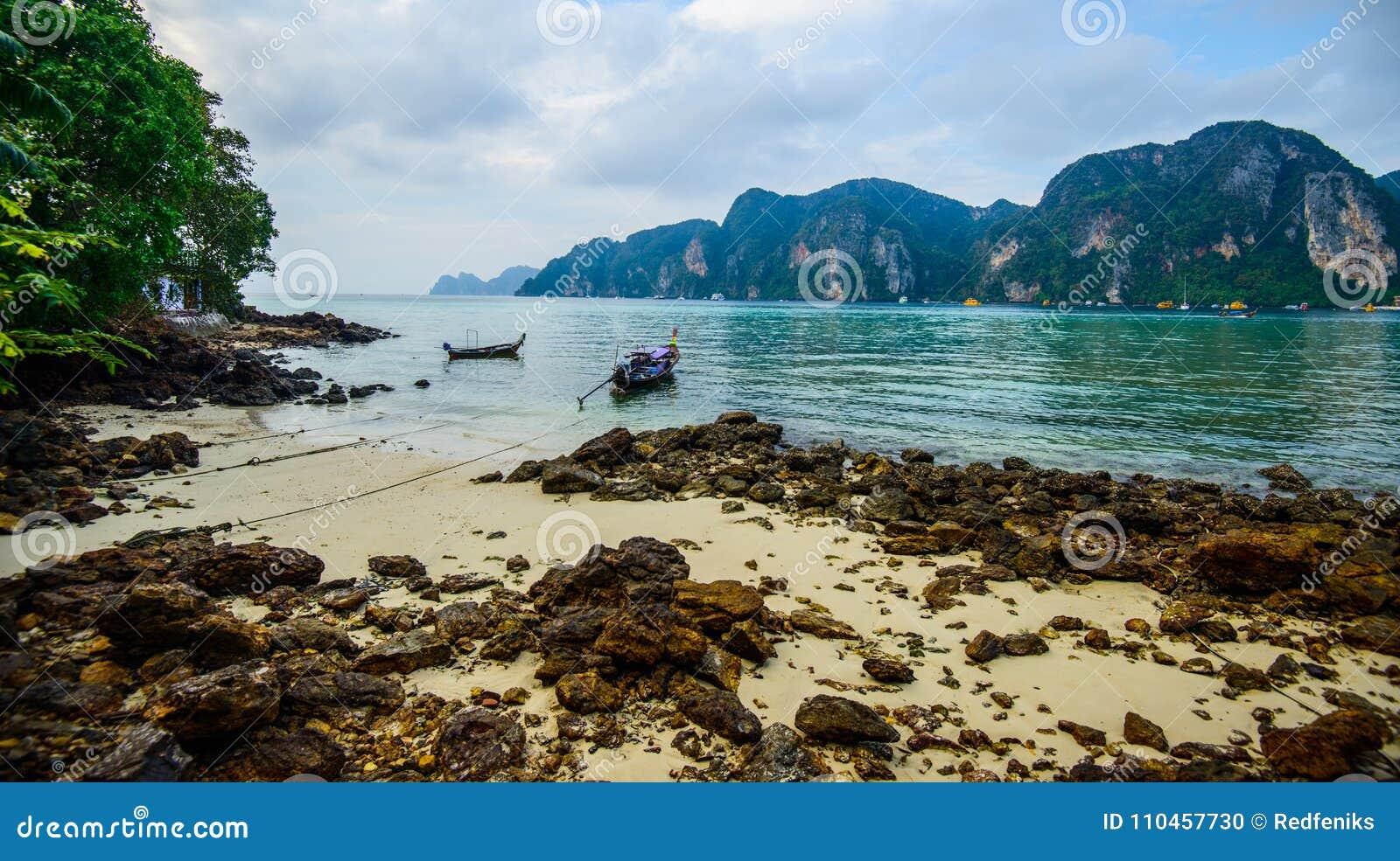 Fartyg för lång svans, tropisk strand, Andaman hav, Thailand