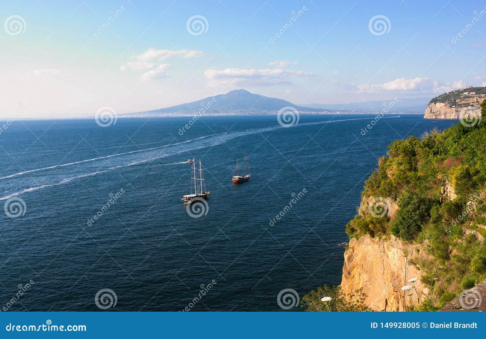 Fartyg, hav och vesuvius - III - Campania - Italien