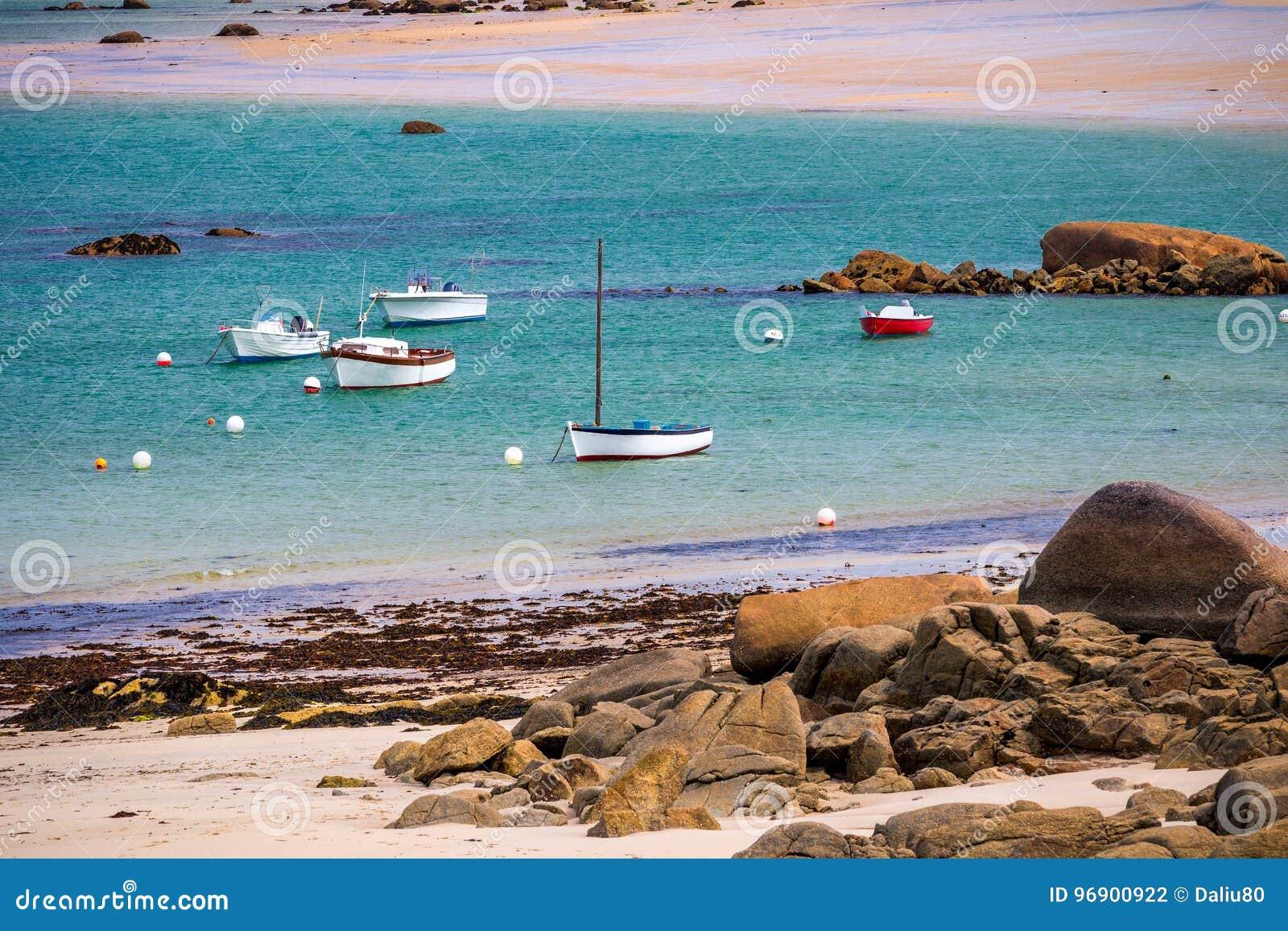 Fartyg i porten på den rosa graniten seglar utmed kusten (skjul de granit ros