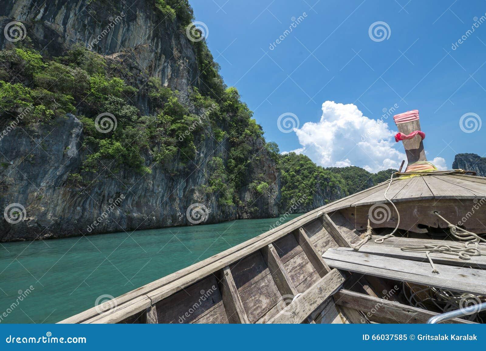 Fartyg och klippa på det Andaman havet, Krabi, Thailand