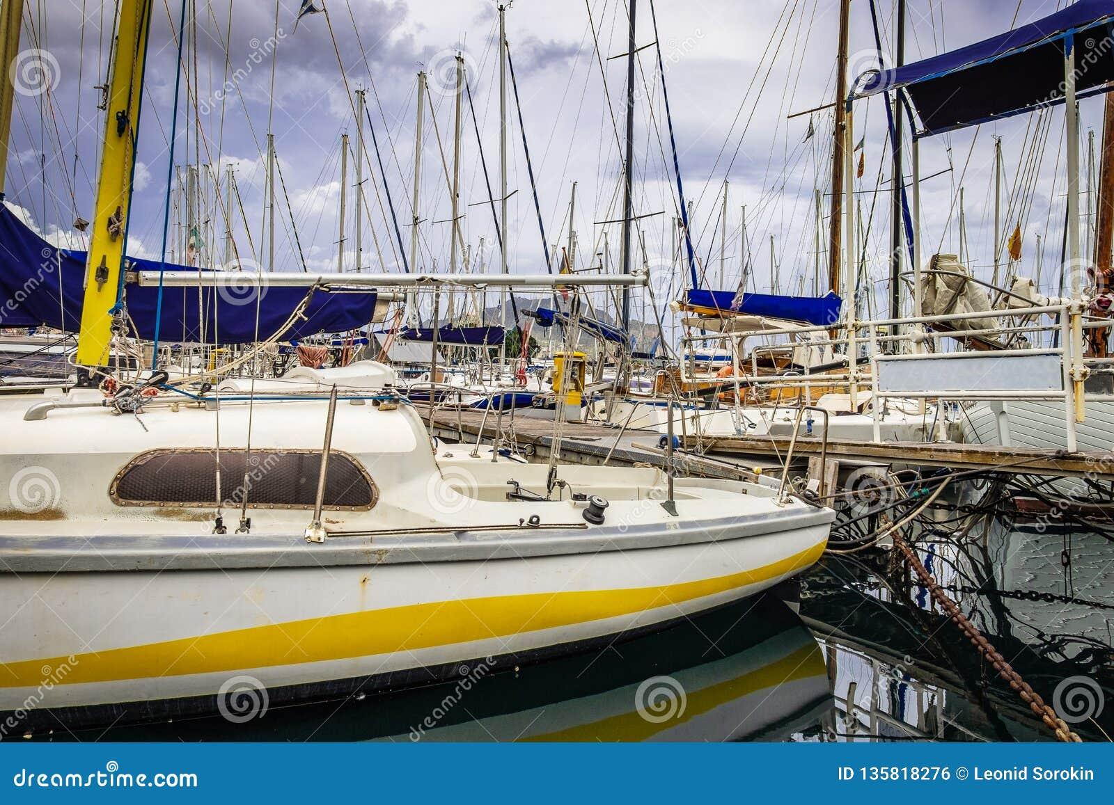 Fartyg och yachter som parkeras i gammal port i Palermo, Sicilien