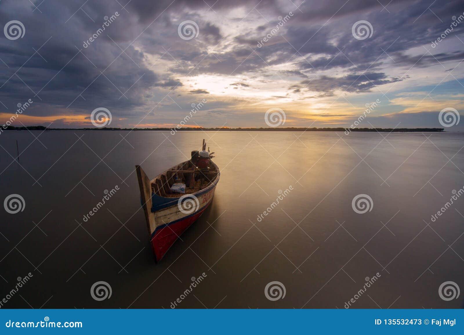 Fartyg på den beting stranden för muara, bekasi indonesia