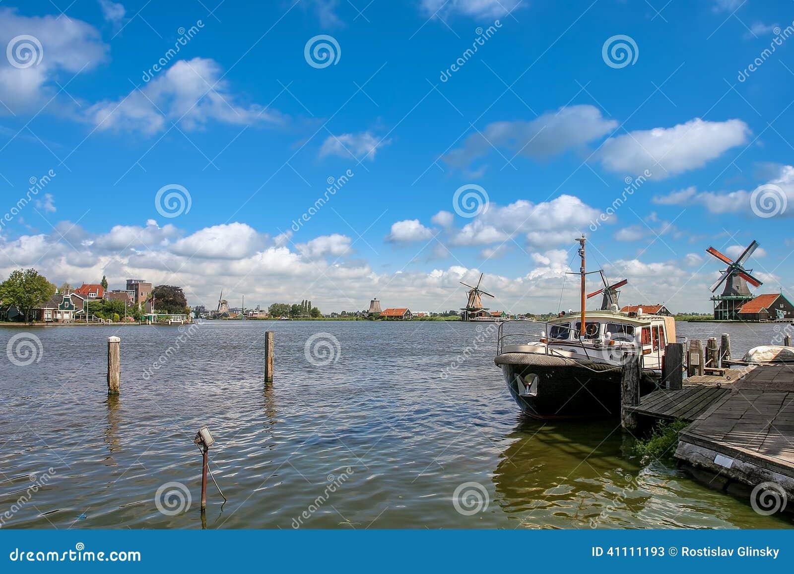 Fartyg på floden i holländsk by