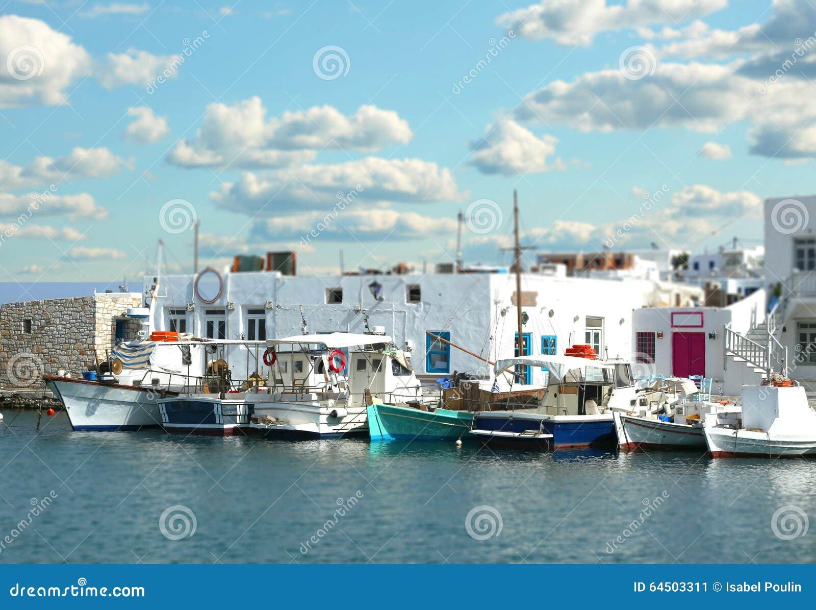 Fartyg på pir med lutandeeffekt i Paros, Grekland