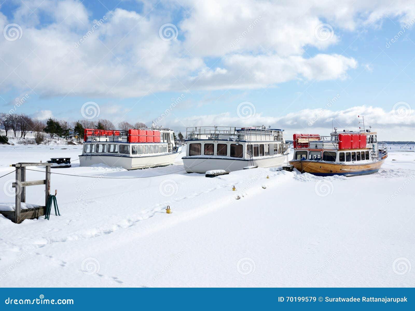 Fartyg på port i vinter