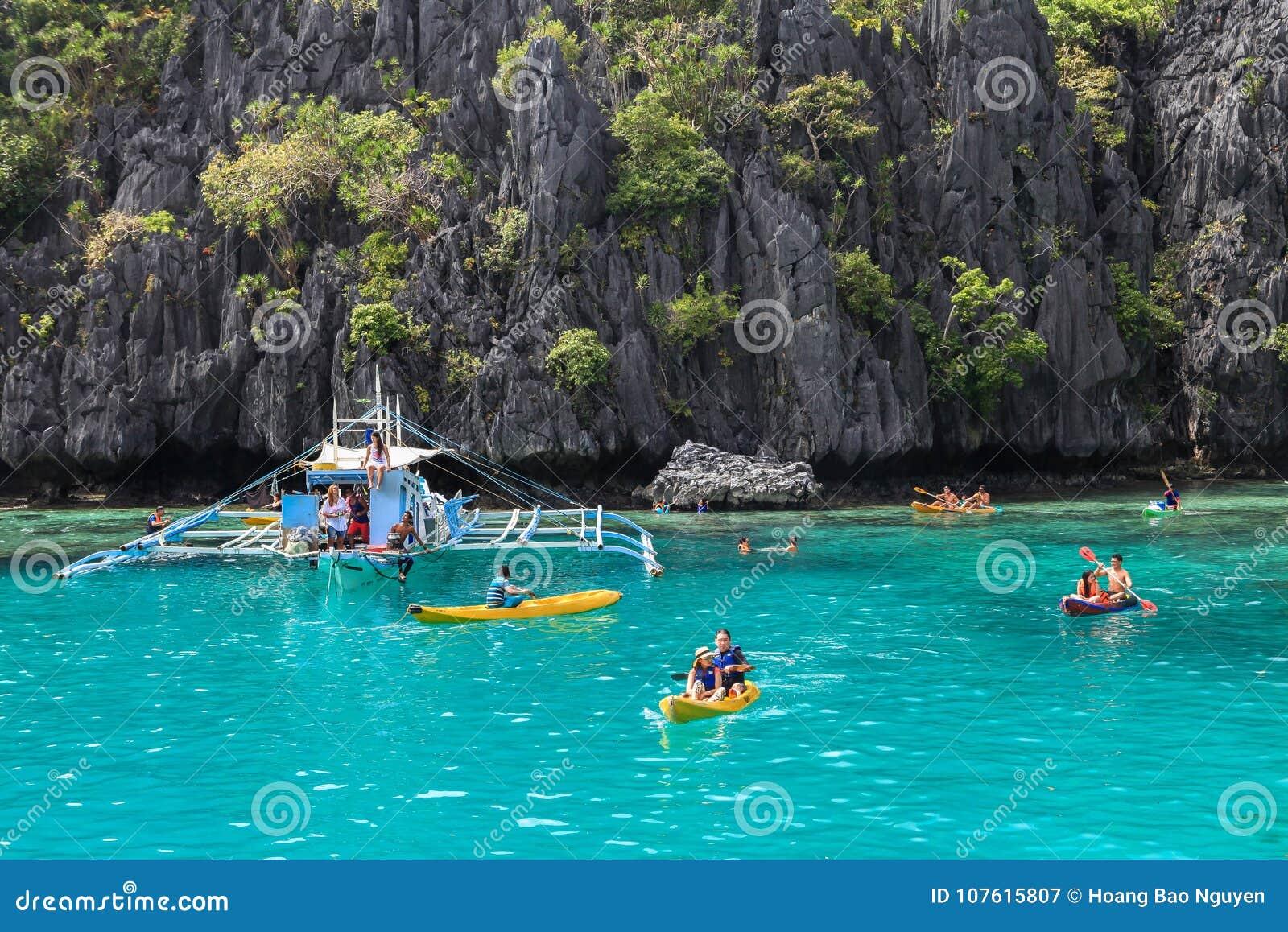 Fartyg på stranden av El Nido, Filippinerna